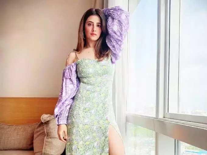 nupur sanon bold and hot looks: प्रसिद्ध बॉलिवूड अभिनेत्रीच्या बहिणीचा हॉट लुक, बोल्ड अवतार पाहून चाहते झाले फिदा