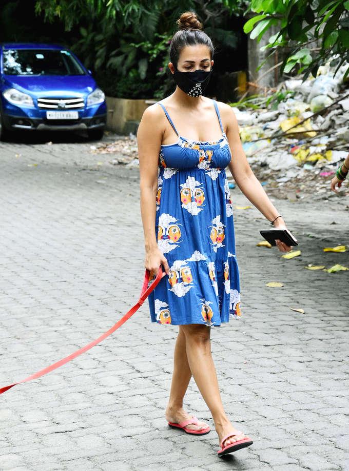 प्रिंटिड ड्रेस में थी बोल्ड नेकलाइन