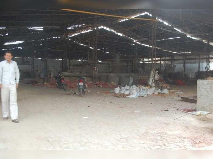 Firozabad News: कोरोना संकट के बाद फिरोजाबाद के चूड़ी कारखानों में लगा ताला, ढाई लाख मजदूर बेरोजगार