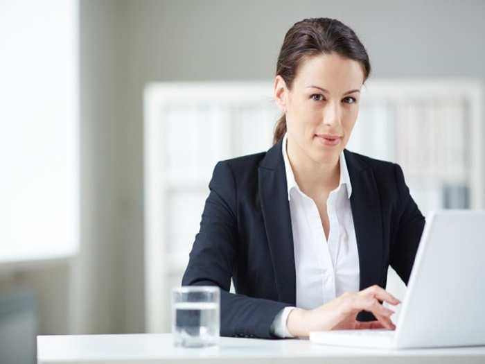 well-dressed-secretary-office_1098-3060