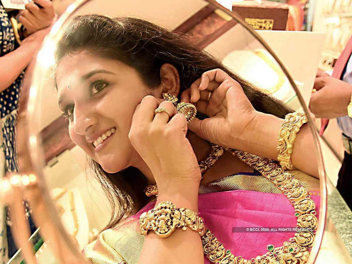 9th july gold rate: gold price fall rs. 451, silver declines rs. 559 latest price update