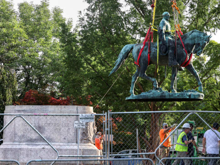 Robert Lee की प्रतिमा हटाई