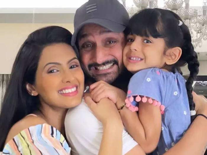 पति और बेटी संग गीता