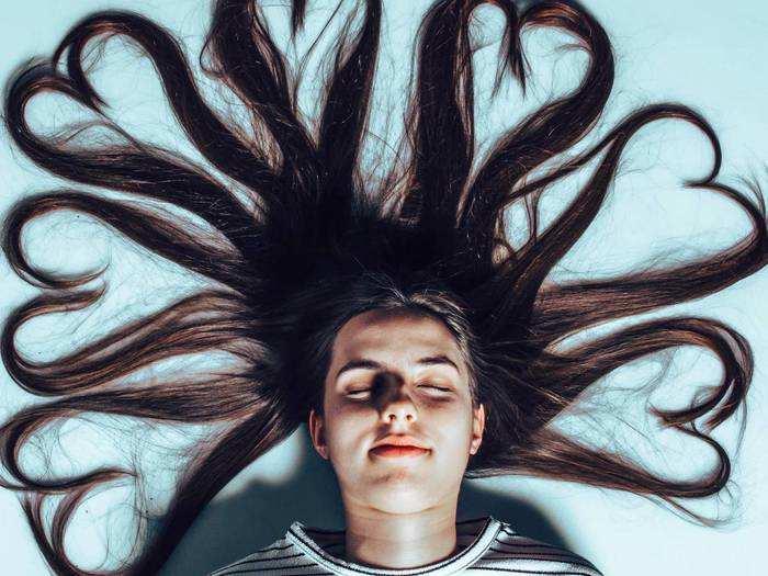 बालों को शाइनी और घना बनाने के लिए इस्तेमाल करें ये हेयर मास्क