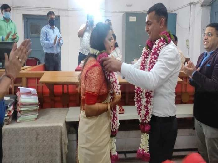 army major did marriage in 500 rupees : city magistrate shivangi joshi and major aniket chaturvedi got married for rs 500 in dhar court at madhya pradesh