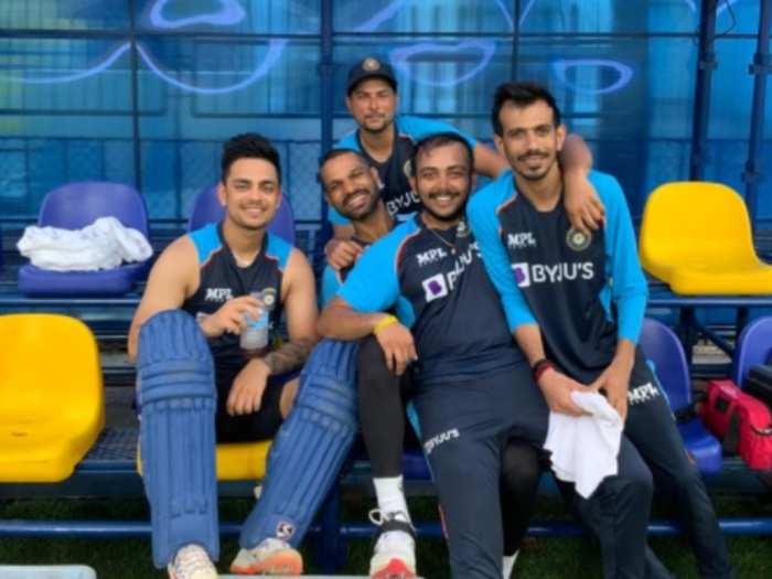 शिखर धवन के साथ भारतीय खिलाड़ी