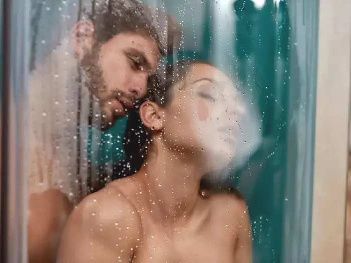 बेडरुममध्ये सेक्स करणं कंटाळवाणं वाटतंय? मग जरूर ट्राय करा 'हे' नवे उपाय