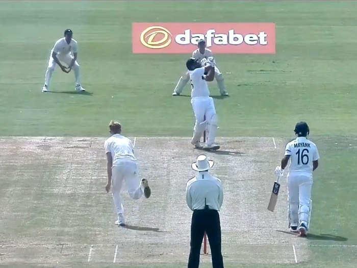 रोहित शर्मा फेवरिट शॉट खेलकर हुए आउट, जैक कार्लसन ने हवा में छलांग लगाकर लपका सुपर कैच