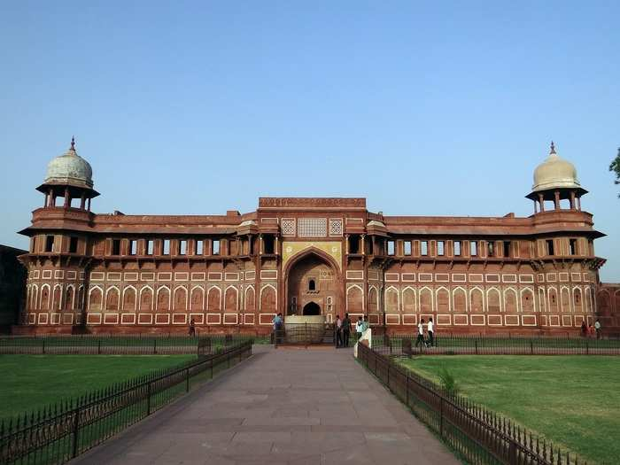 places to visit near agra in hindi