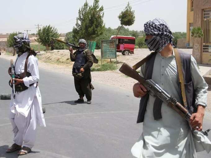 مجاهدون سابقون يحملون أسلحة لدعم القوات الأفغانية في قتالها ضد طالبان في ضواحي ولاية هرات (2).