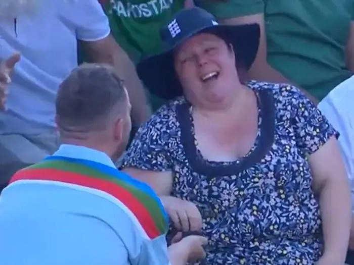 Proposal On The Field: She Said Yes... इंग्लैंड-पाक मैच के दौरान जब लड़के ने किया गर्लफ्रेंड को प्रपोज, कॉमेंटेर्स ने भी मनाया जश्न