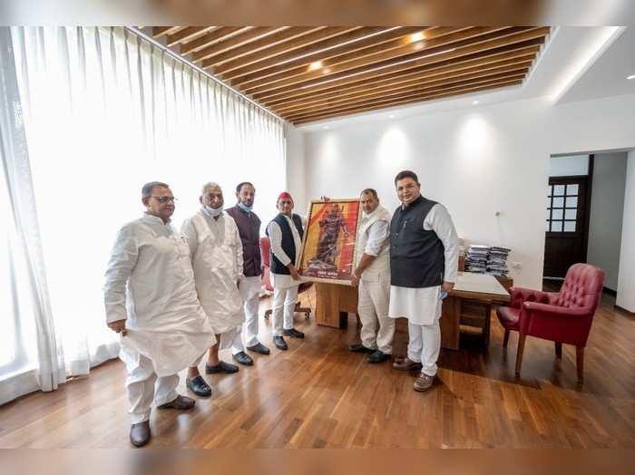 यूपी: अखिलेश यादव से हुई 5 ब्राह्मण नेताओं की मुलाकात, चुनाव में ब्राह्मण वोटबैंक साधने में जुटी सपा