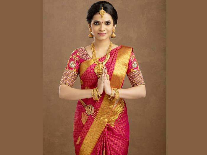 Saree For Gift : केवल ₹1,839 में खरीदें ₹5,899 वाली साड़ी, देखें ये लिस्ट और ऑफर
