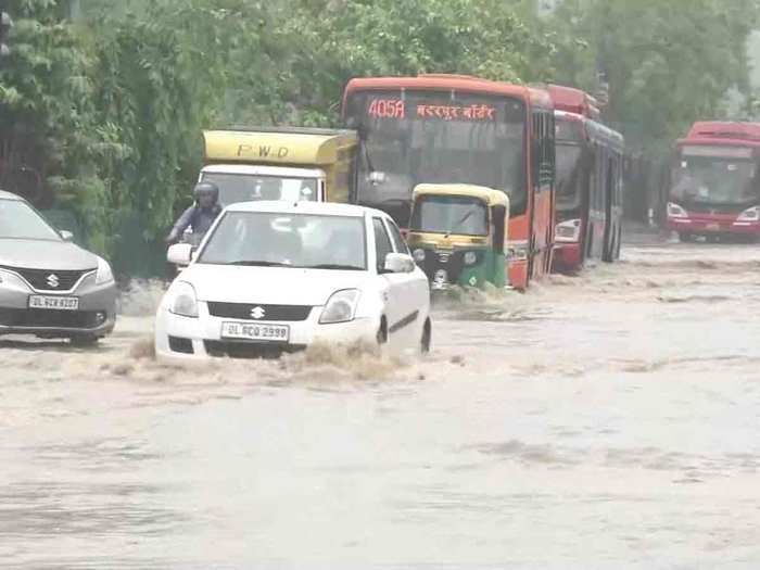 bad condition due to rain in delhi, gurgaon and other parts of ncr, traffic disturbed