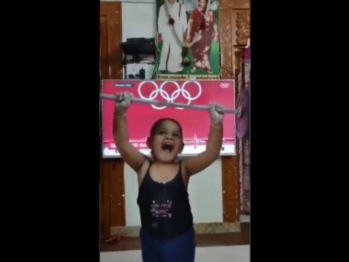 Video ज्युनियर मीराबाईचा व्हिडिओ होतोय व्हायरल; पाहाल तर प्रेमात पडाल