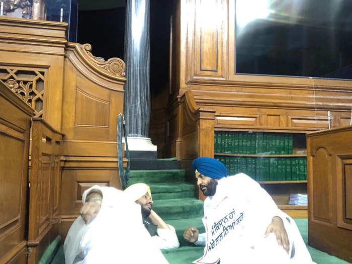 संसद में धरना देते कांग्रेस सांसद