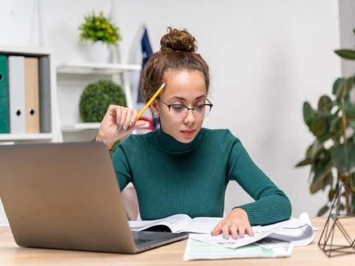 medium-shot-girl-focusing-studying_23-2148389059