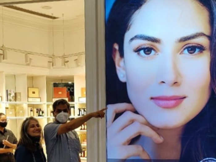 Mira Rajput Mom and Dad With her poster