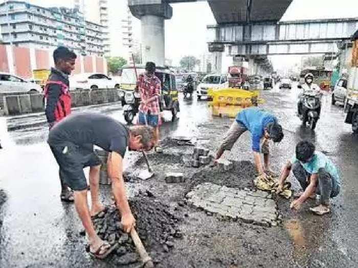 रस्त्यांच्या कामासाठी हजारो कोटींचा खर्च; तरीही मुंबई खड्ड्यात