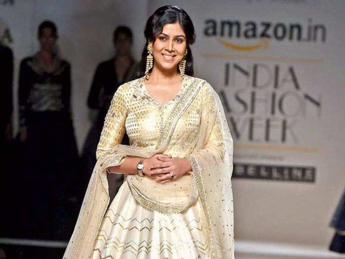 sakshi tanwar is giving the hair, skin and lips care tips for traditional indian saree and suit look