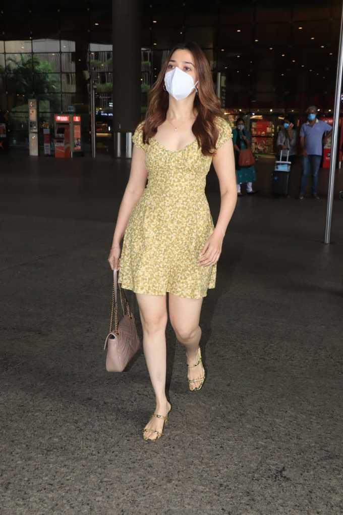 एयरपोर्ट पर मिनी ड्रेस में दिखीं तमन्ना भाटिया, बालों को संवारते हुए दिखाए हॉट तेवर