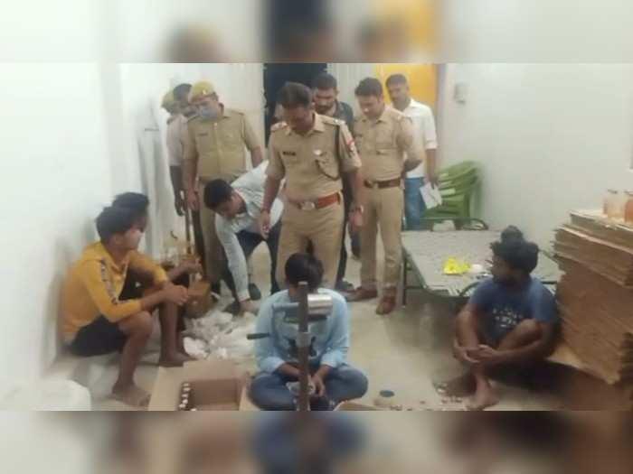 Shahjahanpur news: नकली देशी शराब की फैक्ट्री पकड़ी गई, नशा बढ़ाने के लिए मिलाते थे यूरिया