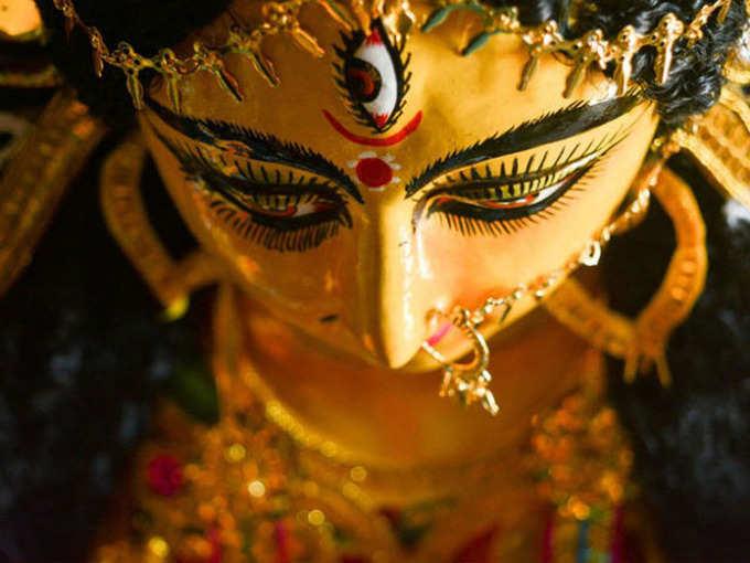 कर्नाटकातील या मंदिरात भक्त अर्पण करतात चपलांची माळ