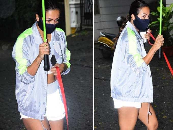 OMG! बरसात के बीच छतरी लिए शॉर्ट्स पहन निकल पड़ीं मलाइका अरोड़ा