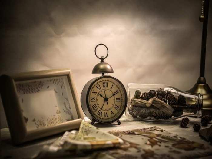 alarm-clock-bottle-desktop_1112-1330