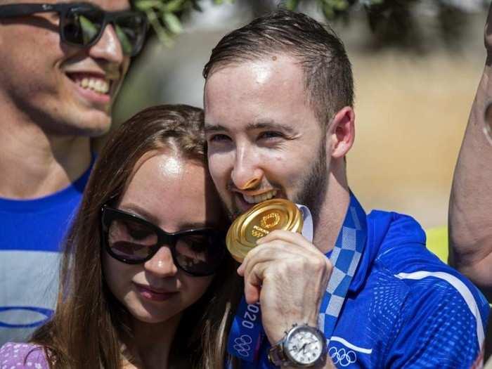 ऑलिम्पिकमध्ये गोल्ड जिंकणाऱ्या खेळाडूची दर्दभरी कहाणी; गर्लफ्रेंडसोबत करता येणार नाही लग्न
