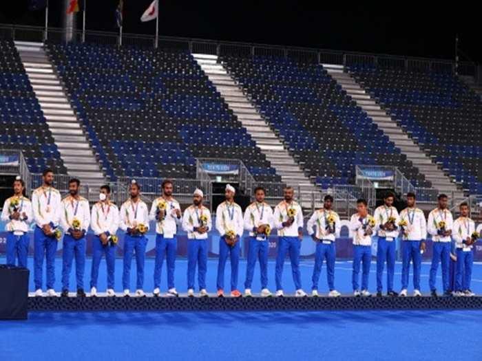 pm narendra modi introducing bronze medalist indian mens hockey team to world