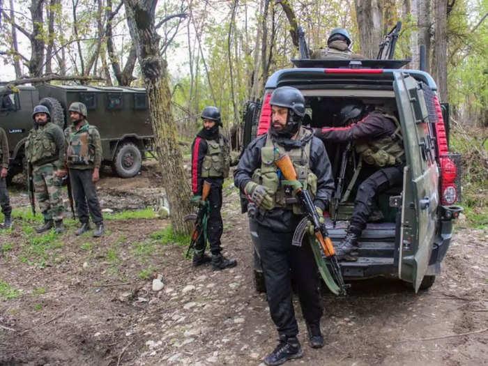 budgam encounter: terroris neutralized in budgam jammu an kashmir, कश्मीर के बडगाम में सुरक्षाबलों ने आतंकियों को मार गिराया - Navbharat Times