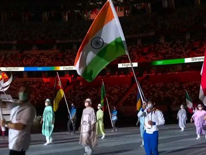 Team India At Closing Ceremony: अलविदा तोक्यो... क्लोजिंग सेरिमनी में बजरंग पूनिया ने थामा तिरंगा, भारत के लिए ऐतिहासिक रहा ओलिंपिक