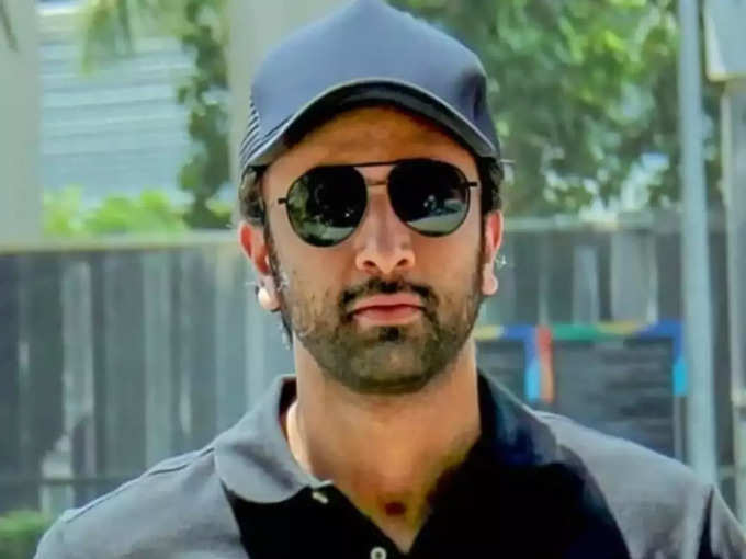 Ranbir Kapoor Turns Abusive as He Gets Surrounded by Photographers