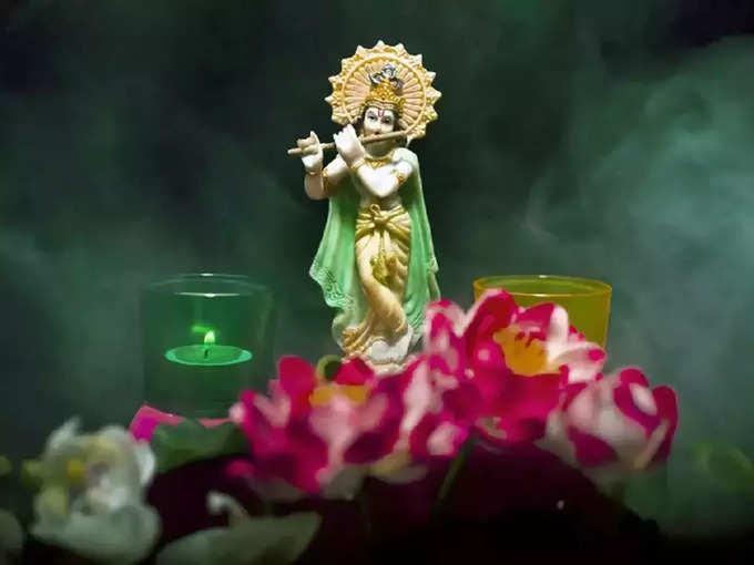 भगवान श्रीकृष्णला सर्वाधिक प्रिय आहेत हे २ रंग, जन्माष्टमीला या पेहरावामध्ये करा पूजा