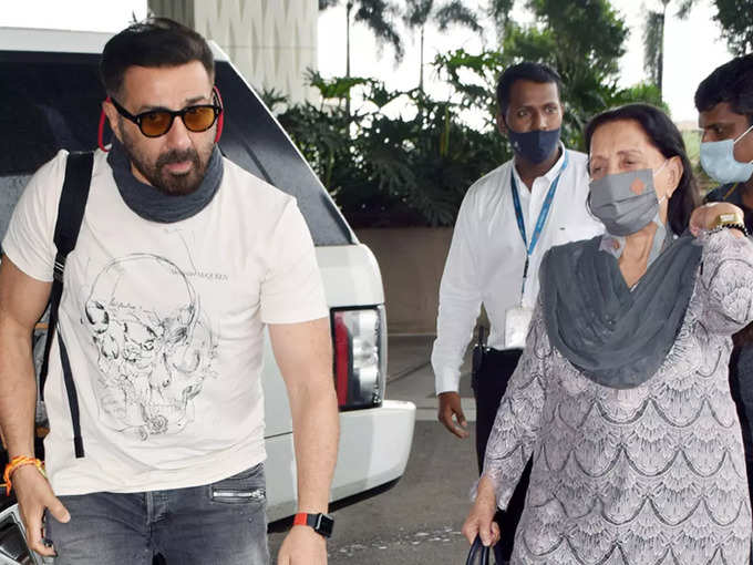 Sunny deol spotted at airport with his mother Prakash Kaur