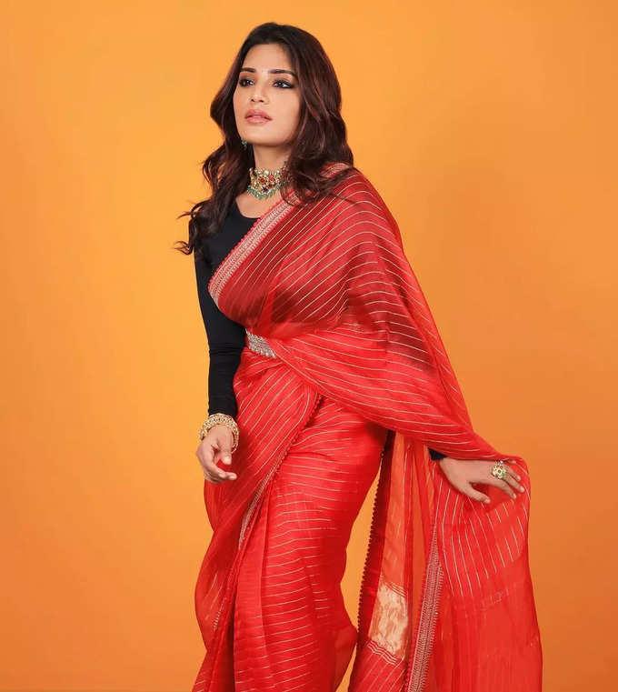 நடிகை ஆத்மிகா சேலையில் அழகான போஸ்