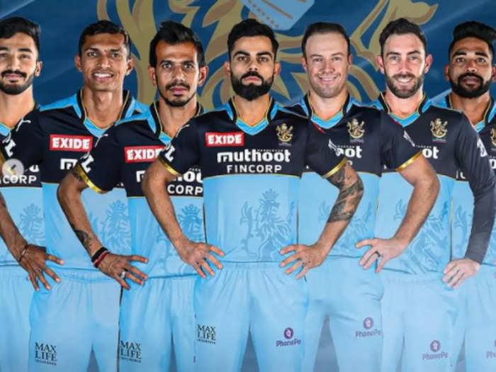 विराट कोहली आरसीबी टीम के खिलाड़ियों के साथ @आरसीबी इंस्टा