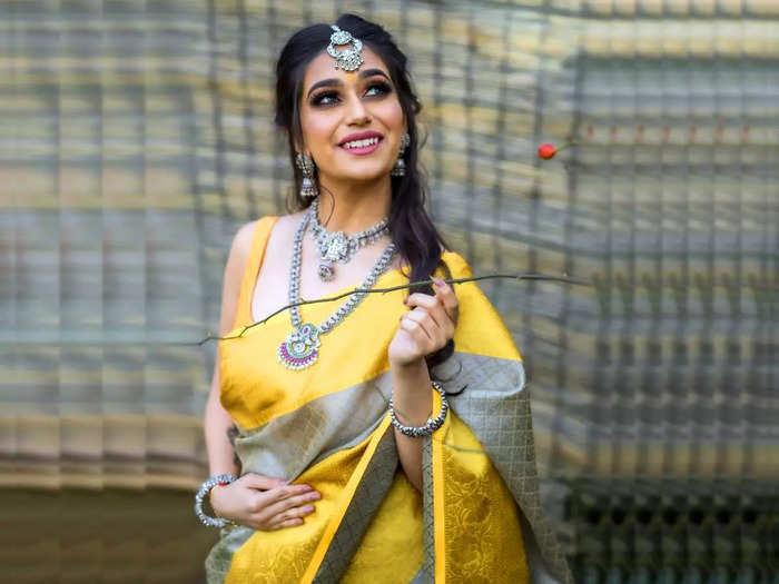 सेलिब्रिटी लुक के लिए पहनें ये डिजाइनर Yellow Sarees, सिल्क फैब्रिक से रहें कंफर्टेबल