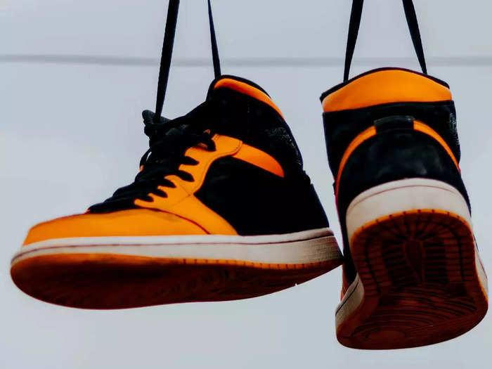 अच्छे स्टाइल और कंफर्ट के लिए ट्राय करें ये Mens Sneakers, पाएं कई ब्रांडेड ऑप्शन