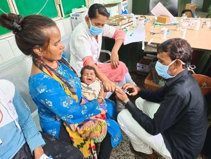 कोरोना, रहस्यमयी बुखार के बाद अब महोबा में एक और आफत, जिला अस्पताल में फर्श पर बच्चों का हो रहा इलाज
