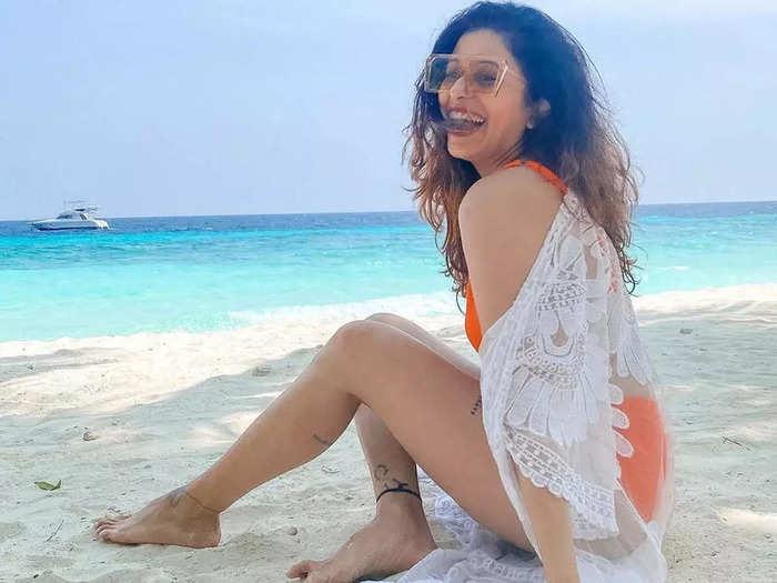 tv actress kishwer merchantt pregnancy photoshoot and flaunts her baby bump in-bikini in age of 40