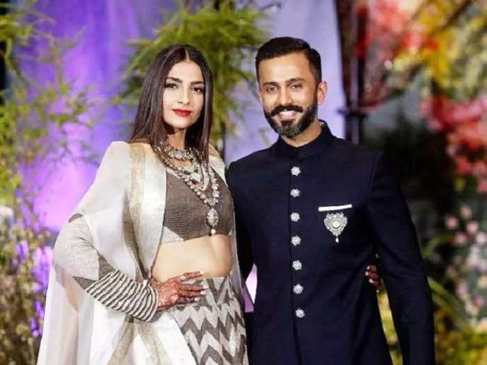 when anand ahuja went down on knees to tie sonam kapoor shoelace during an event