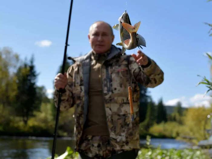 vladimir putin siberian fishing trip kremlin issues photos, russia macho man russian president in pictures