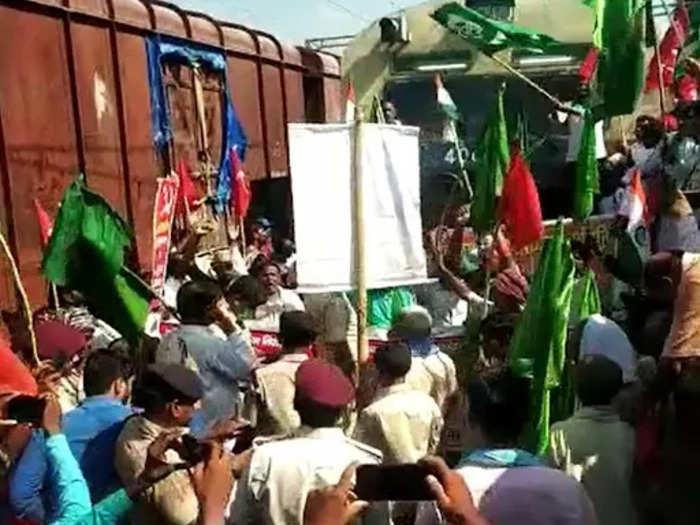 किसान केंद्र के कृषि कानूनों का विरोध कर रहे हैं।