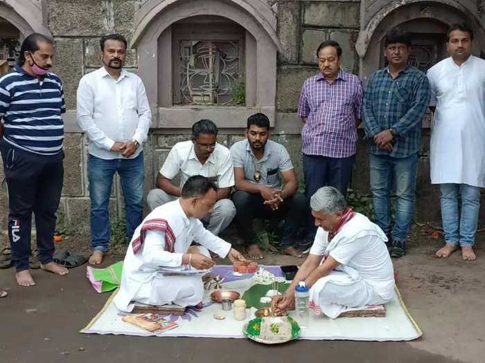 actors in kolhapur staged a pitru smriti agitation against the police of government