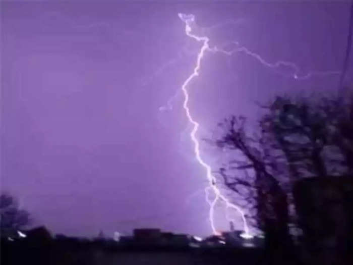 a girl died in a lightning strike in jalgaon district