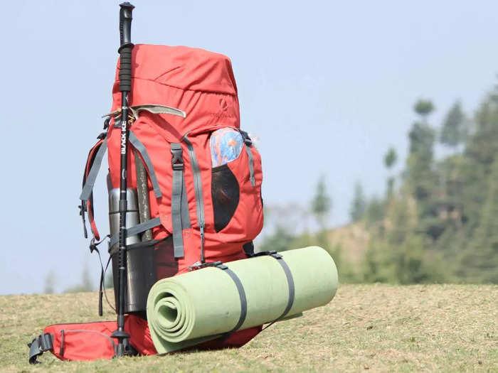 हाइकिंग और ट्रैवलिंग के लिए बेस्ट है ये रेन कवर वाले Travel Backpack, मिल रही है 56% तक की छूट