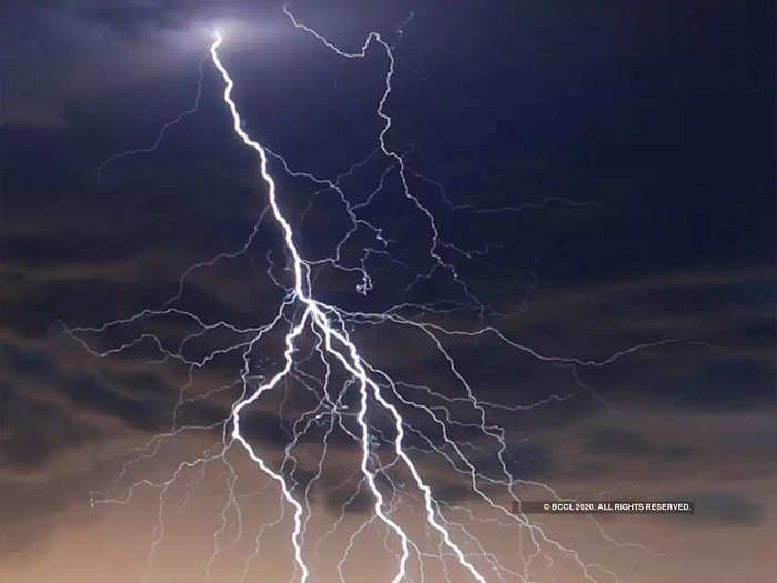 a 19 year old youth died in a lightning strike at chandrapur