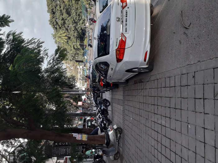 फुटपाथवर दुचाकी व चारचाकी पार्किंग